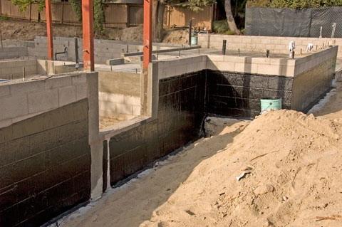 процесс нанесения гидроизоляции на фундамент здания
