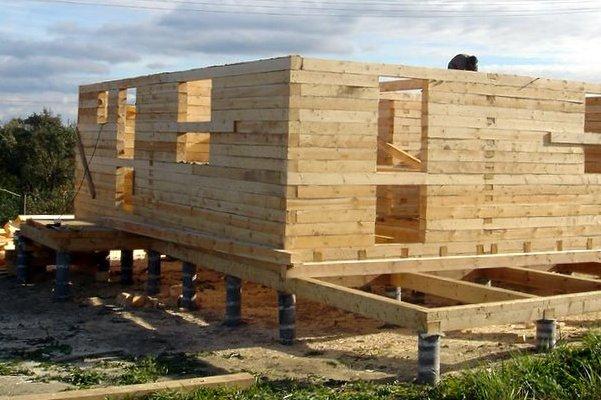 древесный дом на фундаменте с ростверковой частью