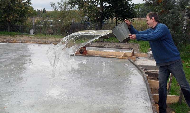 смачивание плитного фундамента